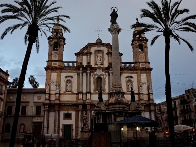 それを物語るように、街中には、様々な民族が残していった、異なる建築様式の建物が混在している。